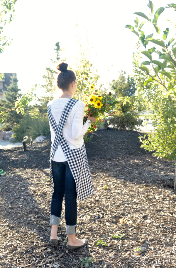 Soak Up The Sun – Cross Back Apron Tutorial – Day 21 of #31daystohappy